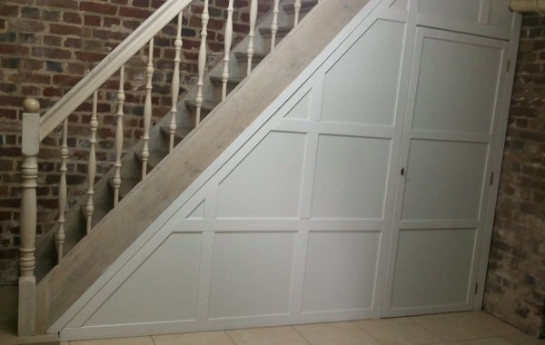 Möbel: Keller Untertreppenschrank